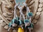 Naszyjnik lniany z frędzelkami ozdobiony ceramiką