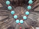 Naszyjnik z kamieni turkusowych z metalowym ażurowym wisiorem w kolorze antycznego brązu